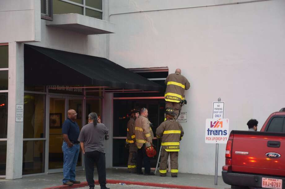 A hazmat unit on Monday responded to a downtown dialysis center for a possible toxic vapor leak that turned out to be nonexistent. Photo: Caleb Downs / San Antonio Express-News