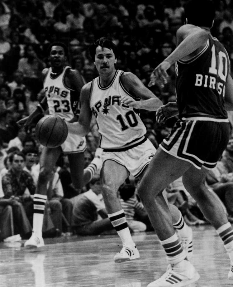 Louie Dampier of the Spurs brings the ball up the court against Kansas City's Otis Birdsong in 1978 at HemisFair Arena in San Antonio. Photo: Getty Images / 1978 Sporting News