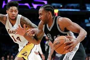 Kawhi Leonard, de los Spurs de San Antonio, ante la marca de Brandon Ingram, de los Lakers de Los Ángeles, durante un partido del domingo 26 de febrero de 2017. (AP Foto/Jae C. Hong)
