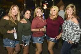 Connie Álvarez, Keisha Guerrero, Candy Lee, Yvonne Villarreal y Kristen Cain en El Metro Park and Ride durante el Jalapeño Festival.