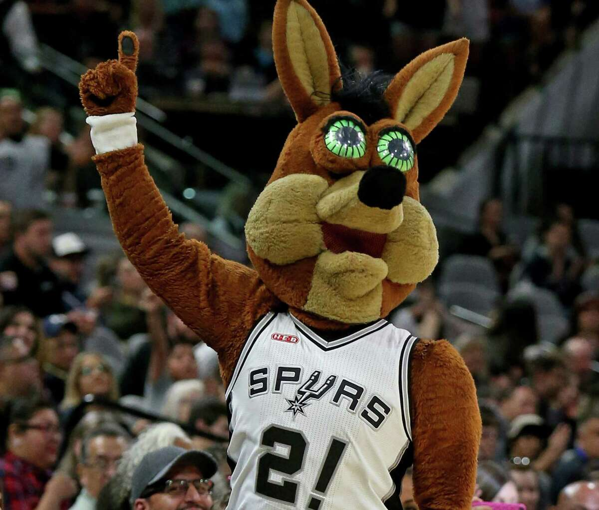 Los San Antonio Spurs interpretan a Coyote durante su partido de pretemporada con los Houston Rockets el 21 de octubre de 2016 en el AT&T Center.  La mascota es amada por los fanáticos de los Spurs.