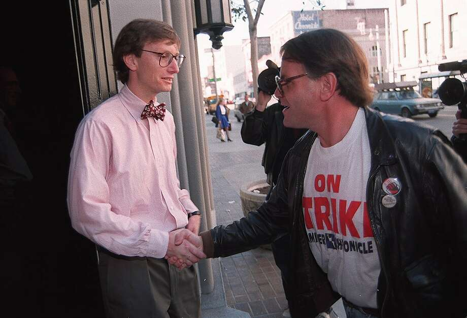 Chronicle Executive Editor Matt Wilson greets reporter Bill Wallace at the entrance to the Chronicle. Photo: LEA SUZUKI