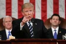 El presidente Donald Trump habla en el Congreso de Estados Unidos en Washington, el martes 28 de febrero de 2017. El vicepresidente Mike Pence y el presidente de la Cámara de Representantes, Paul Ryan, escuhan el discurso. (Jim Lo Scalzo/Pool Image via AP)