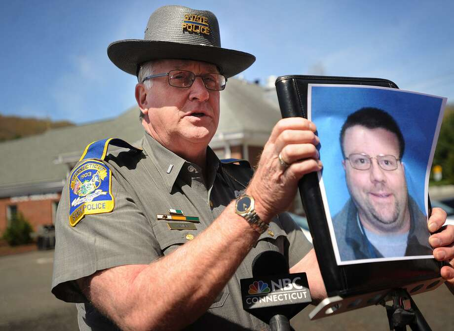 State police spokesman Lt. Paul Vance holds up a photo of Oxford homicide suspect Scott Gellatly,the subject of state police manhunt in the killing of his estranged wife, Lori Gellatly, in Oxford, Conn. on Wednesday, May 7, 2014. Photo: Brian A. Pounds / Brian A. Pounds / Connecticut Post