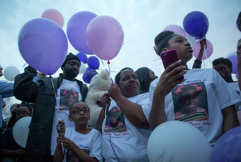 Latoyia Thomas (center), mother of De'Maree Adkins, waits to release balloons to honor the memory of her 8-year-old daughter, Wednesday, March 1, 2017, in Houston. De'Maree was killed in an apparent drive-by shooting at the intersection of W. Fuqua and Beltway 8 early last Saturday morning. Photo: Mark Mulligan, Houston Chronicle / © 2017 Houston Chronicle