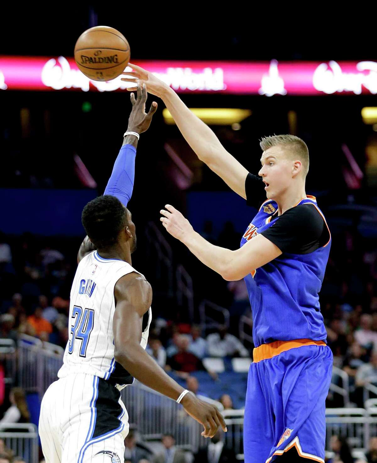 New York Knicks' Kristaps Porzingis, right, passes the ball over Orlando Magic's Jeff Green (34) during the first half of an NBA basketball game, Wednesday, March 1, 2017, in Orlando, Fla. (AP Photo/John Raoux) ORG XMIT: DOA109