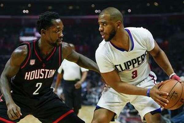 El jugador de los Clippers de Los Ángeles Chris Paul, a la derecha, sostiene el balón ante el jugador de los Rockets de Houston Patrick Beverley durante la primera mitad de su juego de NBA en Los Ángeles, el miércoles 1 de marzo de 2017. (AP Foto/Kelvin Kuo)