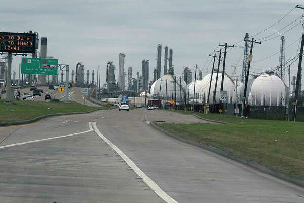 A refinery along highway 225 Wednesday, Jan. 25, 2017, in Dear Park. ( James Nielsen / Houston Chronicle )