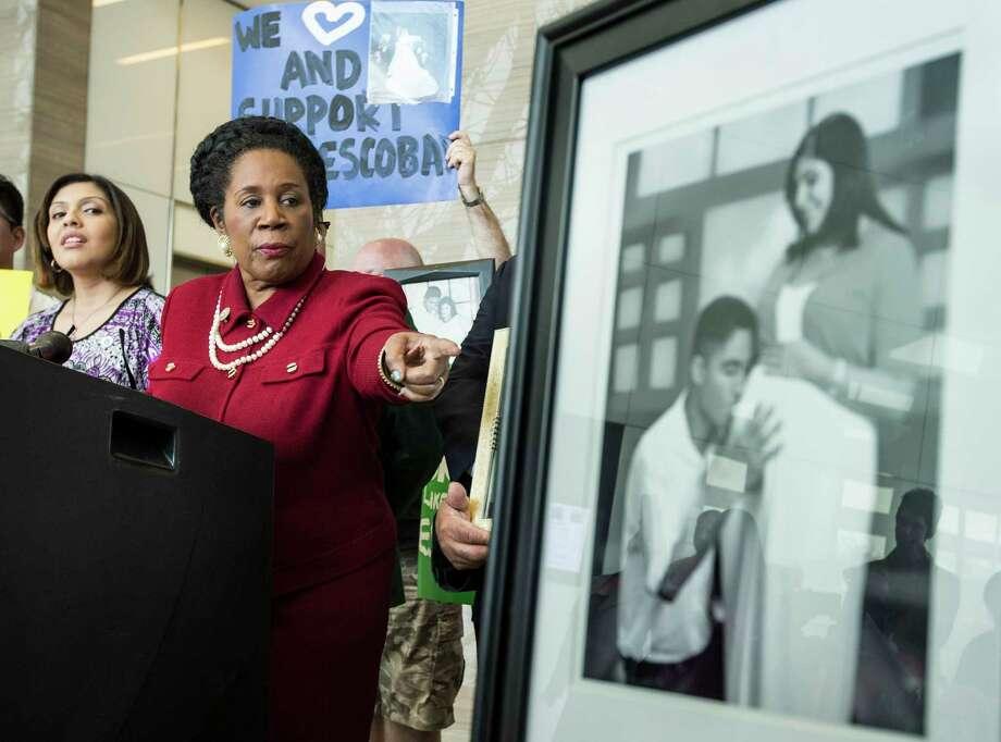 La congresista Sheila Jackson Lee participa de una conferencia de prensa en Houston con Rose Escobar, esposa de un inmigrante que fue deportado desde Texas. (Houston Chronicle) Photo: Brett Coomer, Houston Chronicle / © 2017 Houston Chronicle