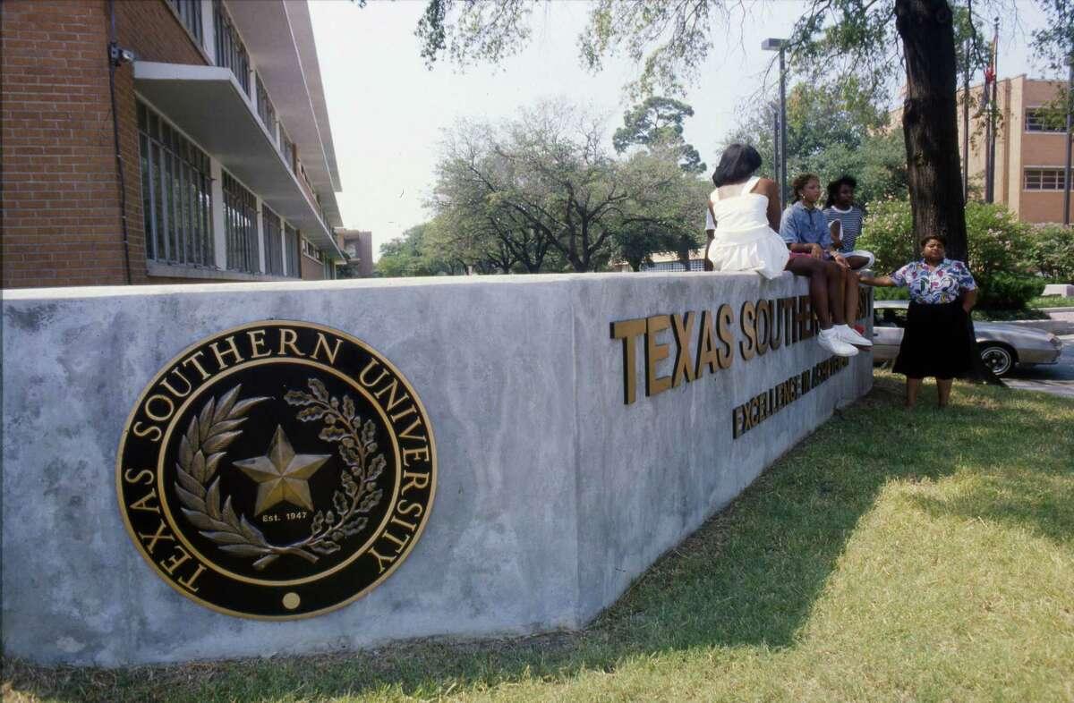 09/04/1987 - Texas Southern University students (L-R) Marie Celestine, David Nunn, Deborah Jackson, Veronica McClendon and Deborah Watson hangout at the TSU sign at Tierwester.