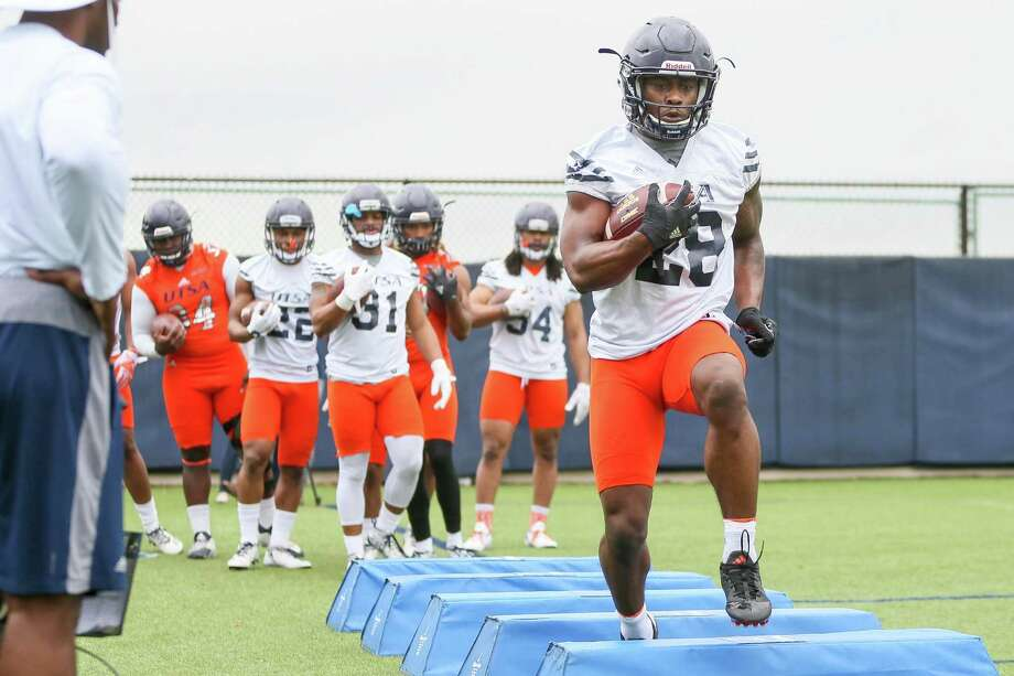 UTSA running back Jalen Rhodes runs through drills during the opening day of spring practice on Monday, March 6, 2017.  MARVIN PFEIFFER/ mpfeiffer@express-news.net Photo: Marvin Pfeiffer, Staff / San Antonio Express-News / Express-News 2017