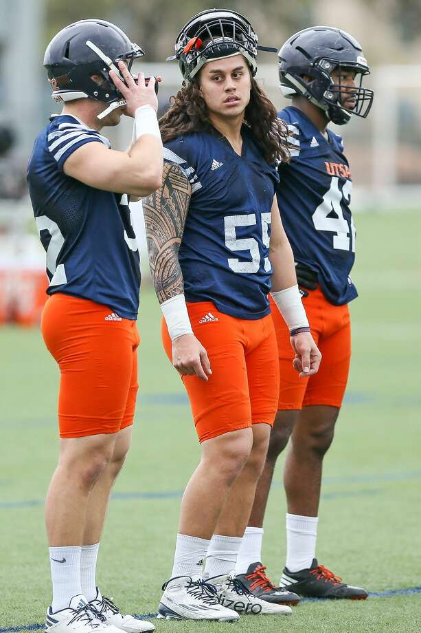 UTSA linebacker Josiah Tauaefa (center) rests during the opening day of spring practice on March 6, 2017. Photo: Marvin Pfeiffer /San Antonio Express-News / Express-News 2017