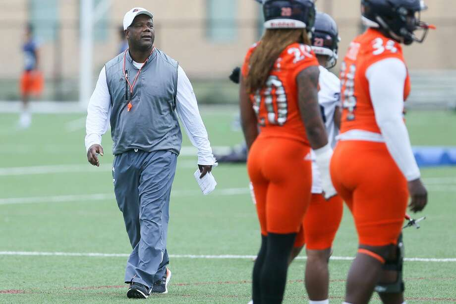 UTSA coach Frank Wilson watches over the opening day of spring practice on March 6, 2017. Photo: Marvin Pfeiffer /San Antonio Express-News / Express-News 2017
