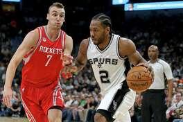 San Antonio Spurs' Kawhi Leonard drives around Houston RocketsÕ Sam Dekker during first half action Monday March 6, 2017 at the AT&T Center.