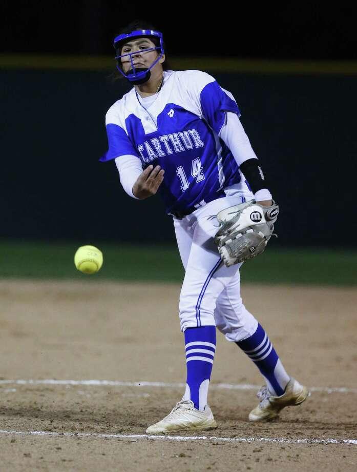 MacArthur pitcher Elizabeth Montes Photo: Kin Man Hui /San Antonio Express-News / ©2017 San Antonio Express-News