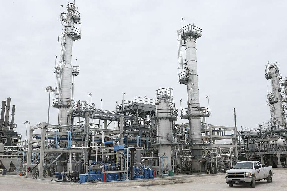 MMEX Resources hopes to build a refinery similar to this one in West Texas to process American oil and export refined products into Mexico. Photo: San Antonio Express-News / © 2016 San Antonio Express-News