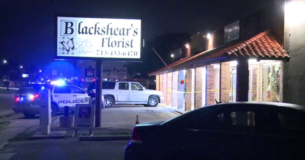The Houston Police Department is investigating a robbery turned shootout at a convenience store in east Houston Thursday night that left one dead. (Metro Video)