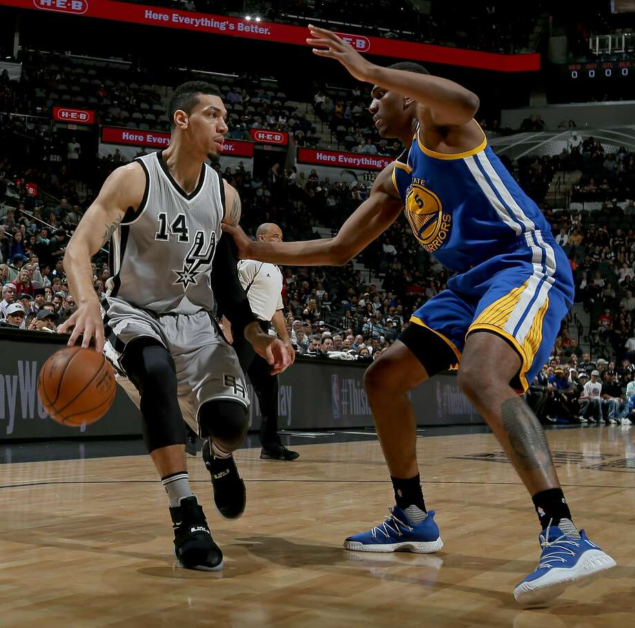San Antonio Spurs' Danny Green looks for room around Golden State Warriors' Kevon Looney during first half action Saturday March 11, 2017 at the AT&T Center. Photo: Edward A. Ornelas, San Antonio Express-News