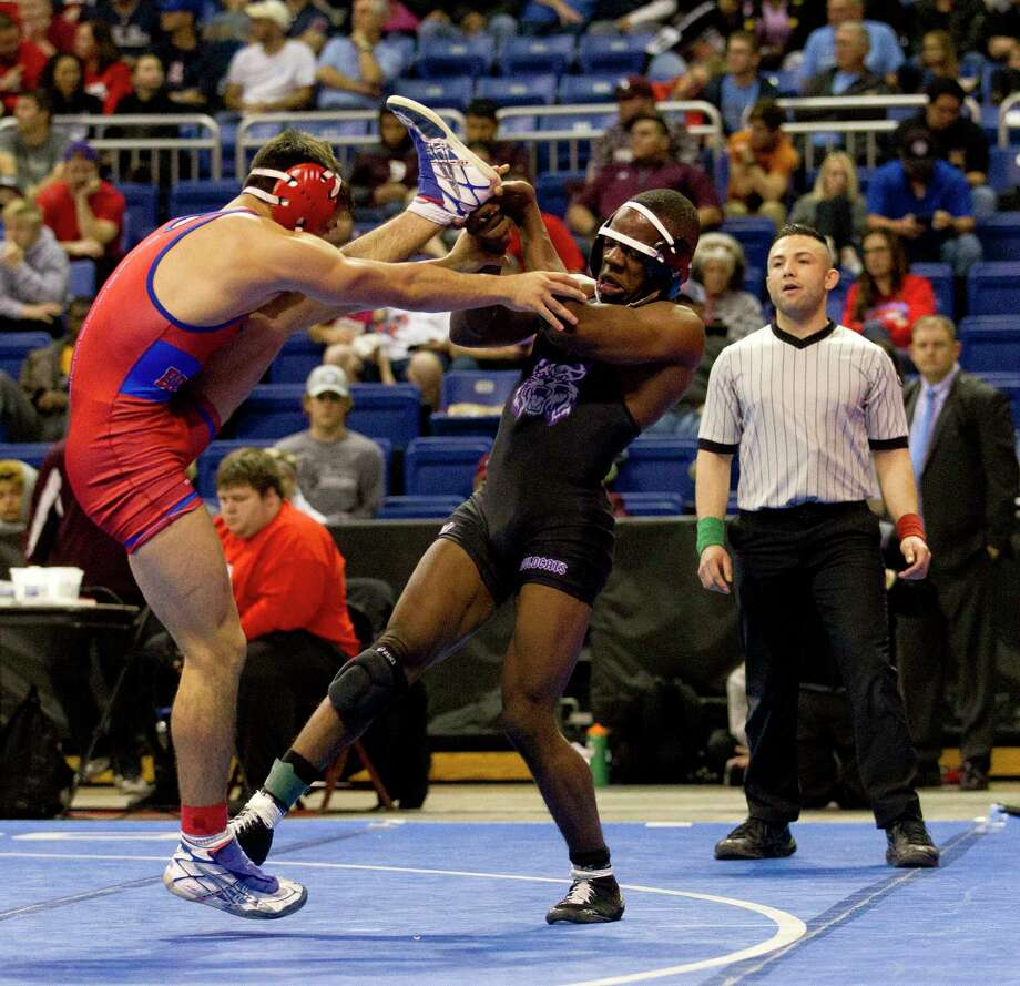 Lorenz Mays of Humble, center, sweeps the leg of Hernandez Christian of El Paso Bel Air during the Class 5A boys 146-pound championship final at the UIL Wrestling State Championships Saturday, Feb. 25, 2017, in Cypress. Photo: Jason Fochtman, Staff Photographer / © 2017 Houston Chronicle
