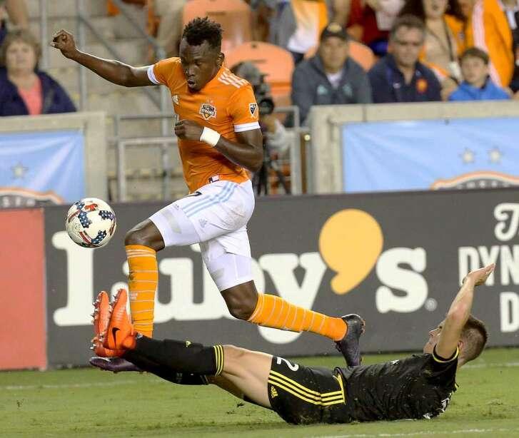 Alberth Elis (izq.) anotó el segundo gol del Dynamo en el triunfo de 3-1 sobre Columbus Crew en el BBVA Compass Stadium. (Yi-Chin Lee / Houston Chronicle)