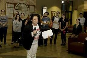 María Reyes dando un discurso motivacional a estudiantes y la comunidad de Laredo en TAMIU.