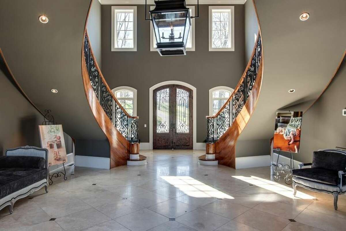 Fort Worth-born Kelly Clarkson's mansion The singer is selling her Hendersonville, Tenn. mansion for $8.75 million.