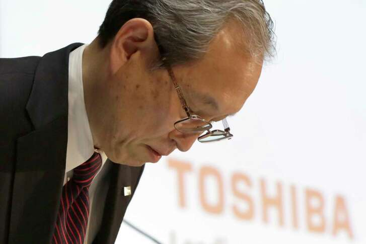 Toshiba Corp. President Satoshi Tsunakawa bows during a news conference at the company's headquarters in Tokyo on Tuesday.