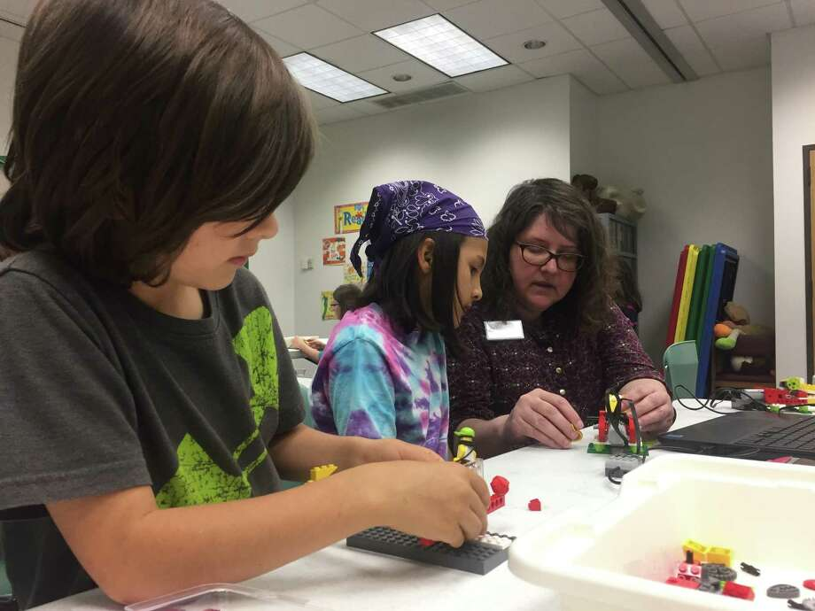 Atascocita Library Robotics program teaches children basic coding. Photo: Dina Kesbeh