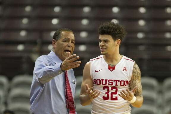 Houston coach Kelvin Sampson talks to Houston Cougars guard Rob Gray Jr. (32) during first half cation betwwen Houston vs. Akron in NIT basketball tournament at TSU H&PE Arena  Wednesday, March 15, 2017, in Houston. ( Steve Gonzales  / Houston Chronicle )