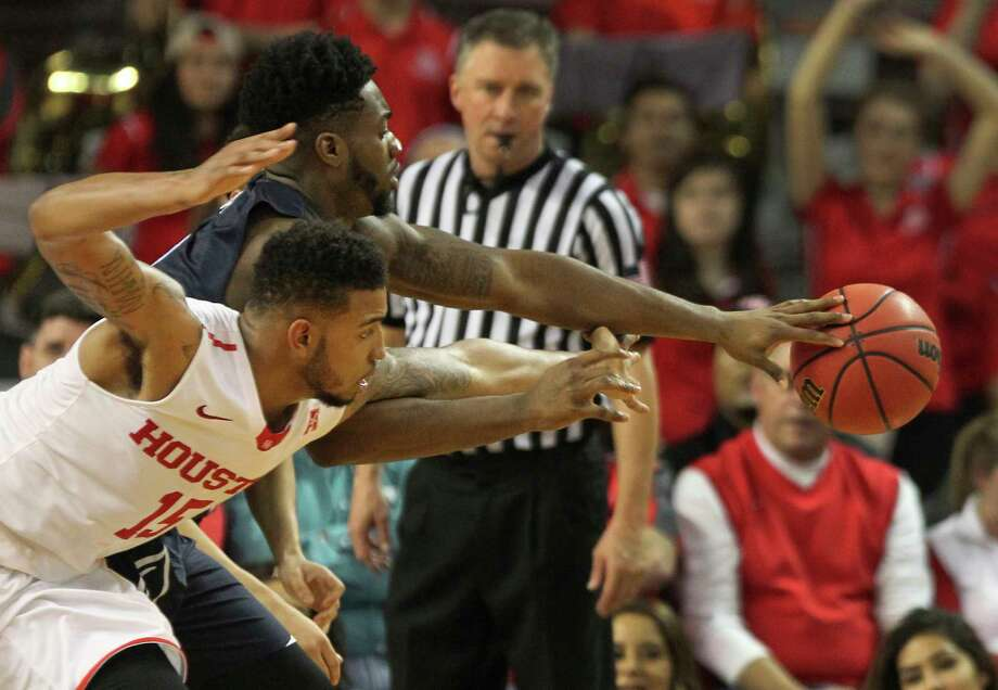 Houston forward Devin Davis (15) and Akron forward Daniel Utomi (3) reach for the ball during the second half of an NCAA college basketball game  in the NIT tournament at TSU H&PE Arena, Wednesday, March 15, 2017, in Houston. (Steve Gonzales/Houston Chronicle via AP) Photo: Steve Gonzales, MBO / ' 2017 Houston Chronicle