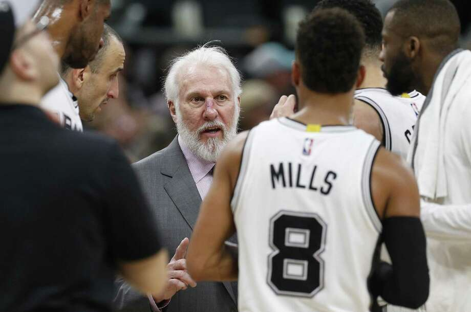 Spurscoach Gregg Popovich talks to the team during the game against the Portland Trail Blazers at the AT&T Center on March 15, 2017. Photo: Kin Man Hui /San Antonio Express-News / ©2017 San Antonio Express-News