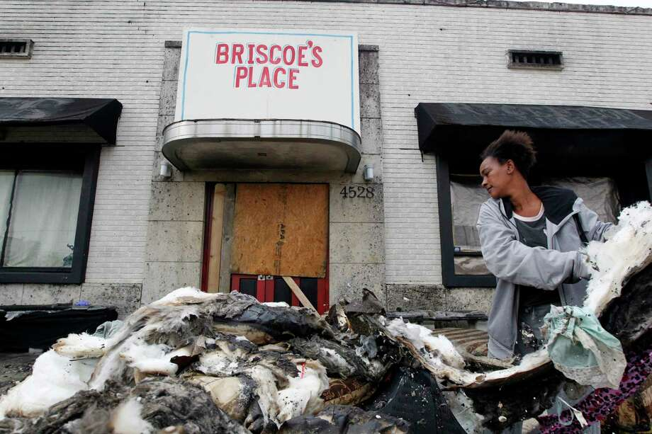 Briscoe's Place resident Cherika Argus searches through the rubble for her purse that contains her ID on Thursday, March 16, 2017, in south Houston. Two residents died and one was injured after a fire broke out early at the boarding house. Photo: J. Patric Schneider, For The Chronicle / © 2017 Houston Chronicle