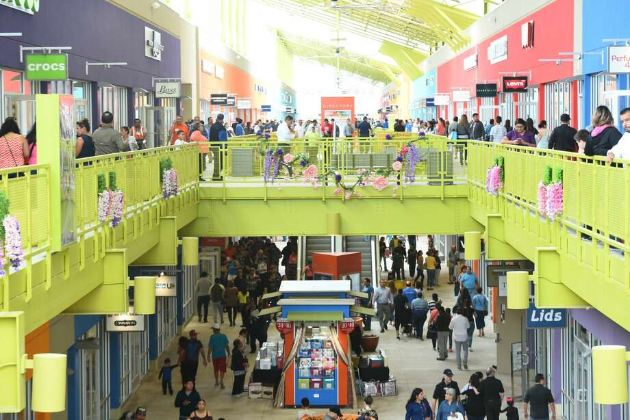The Outlet Shoppes of Laredo open their doors to the public on Thursday, March 16, 2017. Photo: Danny Zaragoza