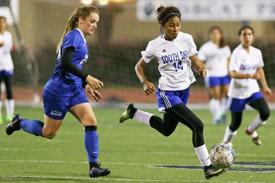 South San's Bernice Favela (right) is a threat as forward while Lesly Davila takes care of the midfield. Photo: Marvin Pfeiffer / San Antonio Express-News / Express-News 2017