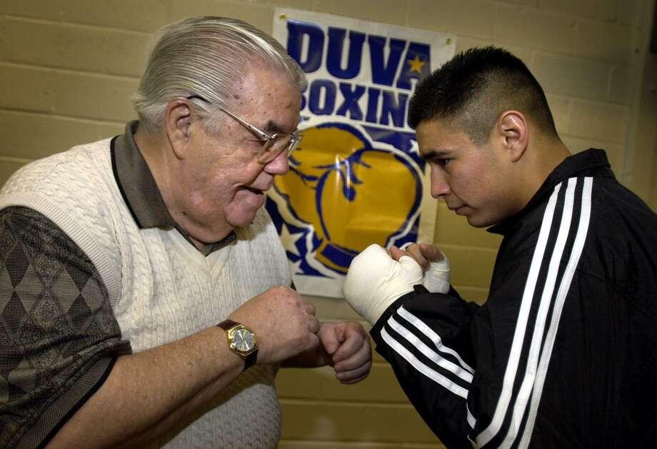 Boxing manager/trainer Lou Duva gives San Antonio boxer Oscar Diaz some pointers at San Fernando Gym on Dec. 27, 2000. Photo: Bob Owen /San Antonio Express-News / SAN ANTONIO EXPRESS-NEWS