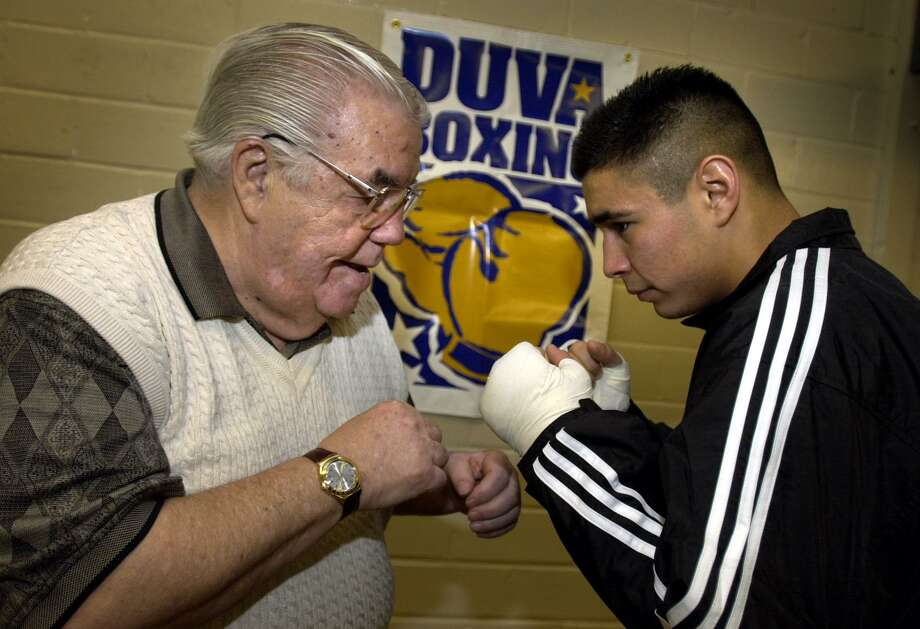 Boxing manager/trainer Lou Duva gives San Antonio boxer Oscar Diaz some pointers at San Fernando Gym on Dec. 27, 2000. Photo: Bob Owen /San Antonio Express-News / SAN ANTONIO EXPRESS-NEWS