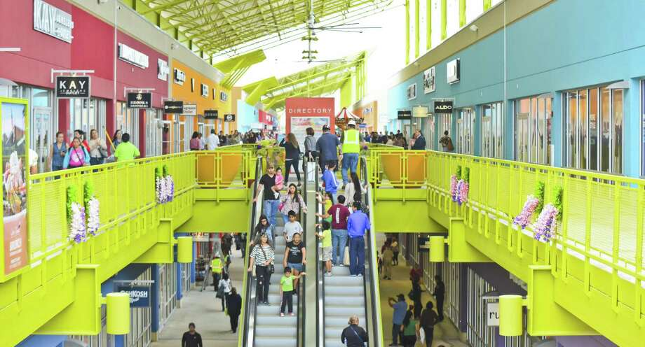Shoppers explore the Outlet Shoppes on Thursday, March 16, 2017 as the stores open their doors to the public for the first time. Photo: Danny Zaragoza, Staff Photographer / Laredo Morning Times / LAREDO MORNING TIMES