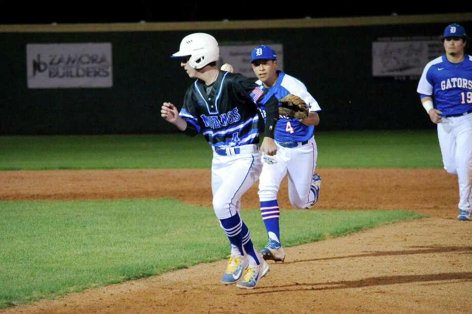 Friendswood's Marcus Huerta (4) is run down by Dickinson's Andrew Jimenez (4)  Friday, Mar. 17 at Friendswood High School. Photo: Kirk Sides / © 2017 Kirk Sides / Houston Chronicle
