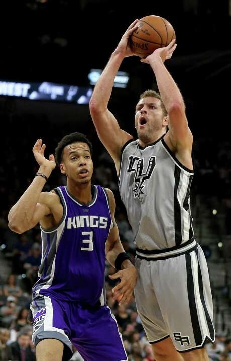 Spurs' David Lee shoots on the Sacramento Kings' Skal Labissiere during first half action on March 19, 2017 at the AT&T Center. Photo: Edward A. Ornelas /San Antonio Express-News / © 2017 San Antonio Express-News