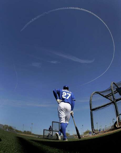 Kansas City Royals' Raul Mondesi waits to bat as a jet circles overhead during spring training baseball practice on Feb. 24, 2017, in Surprise, Ariz. Photo: Charlie Riedel /Associated Press / Copyright 2017 The Associated Press. All rights reserved.