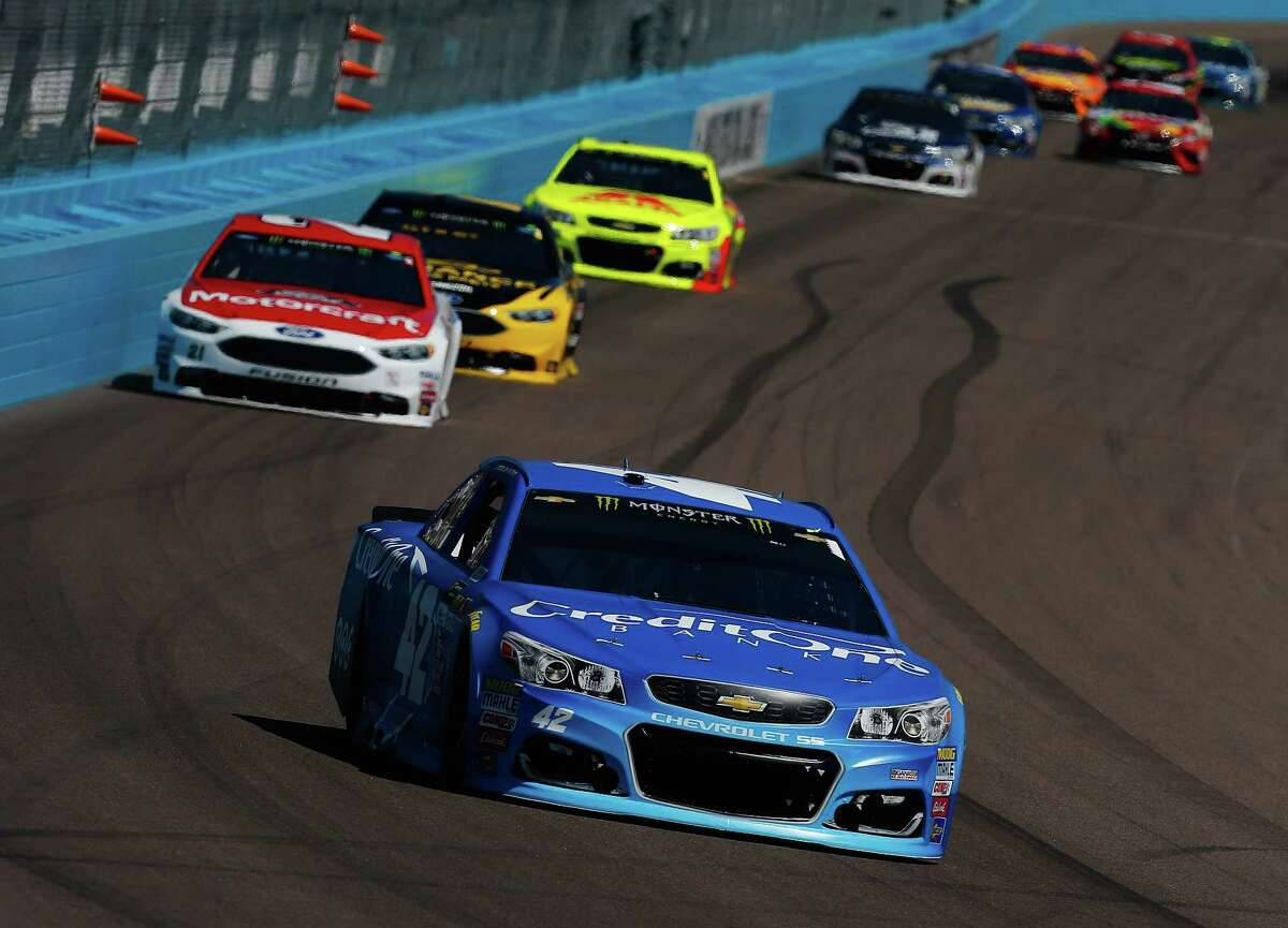 AVONDALE, AZ - MARCH 19: Kyle Larson, driver of the #42 Credit One Bank Chevrolet, leads a pack of cars during the Monster Energy NASCAR Cup Series Camping World 500 at Phoenix International Raceway on March 19, 2017 in Avondale, Arizona. (Photo by Sean Gardner/Getty Images) ORG XMIT: 700021251