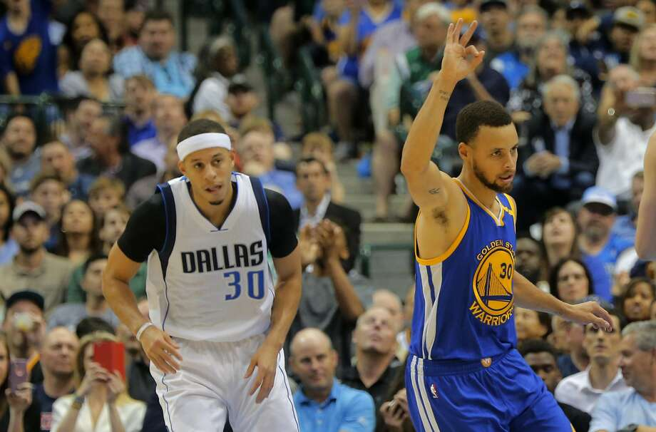 The Golden State Warriors' Stephen Curry, right, signals to his team after a score as he and his brother, the Dallas Mavericks' Seth Curry, left, come down court at American Airlines Center in Dallas on Tuesday, March 21, 2017. (Rodger Mallison/Fort Worth Star-Telegram/TNS) Photo: Rodger Mallison, TNS