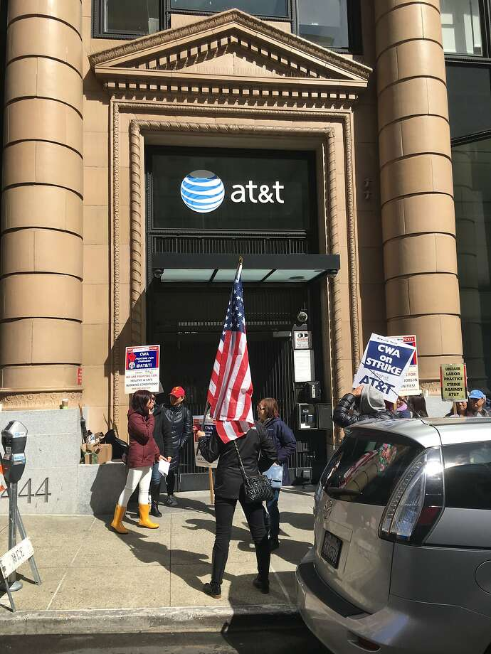 Union protesters march outside the AT&Toffice on Bush Street. Photo: Dominic Fracassa / San Francisco Chronicle