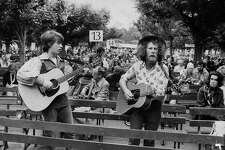 Sandy Darlington and Greg Pratt sing to the crowd as they waited their turn to enter the De Young Museum on July 15, 1975.
