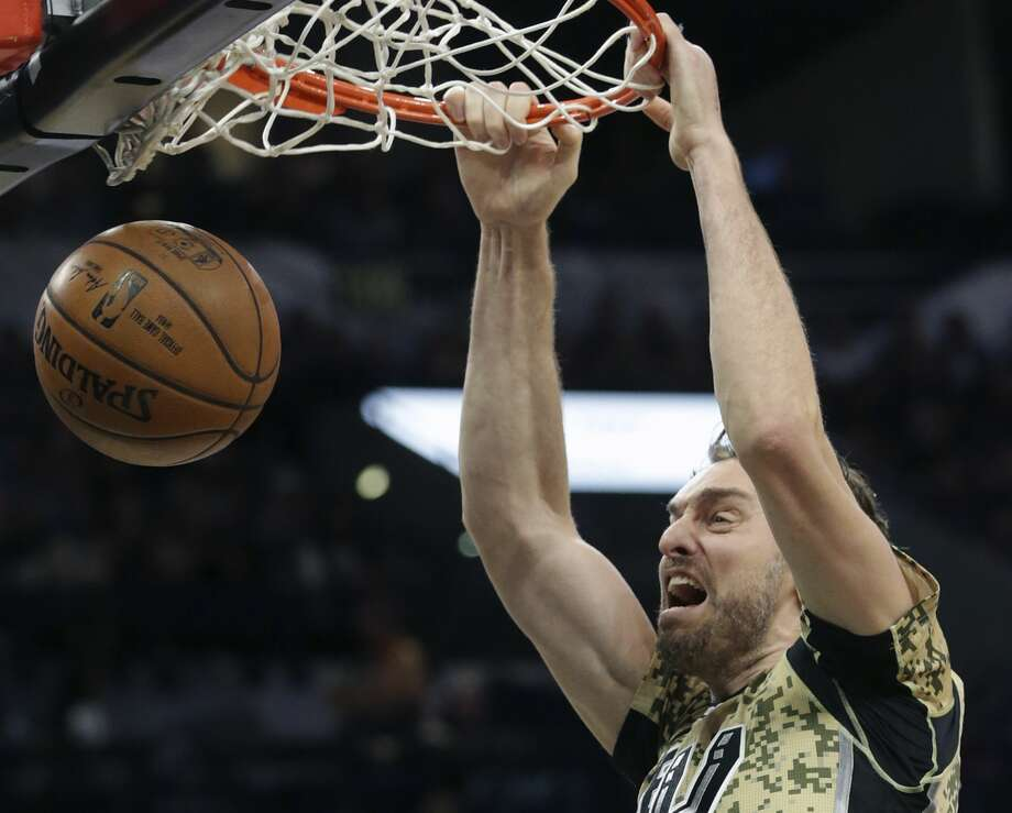 Pau Gasol jams a shot home as the Spurs host the Grizzlies at the AT&T Center on March 23, 2017. Photo: Tom Reel/San Antonio Express-News