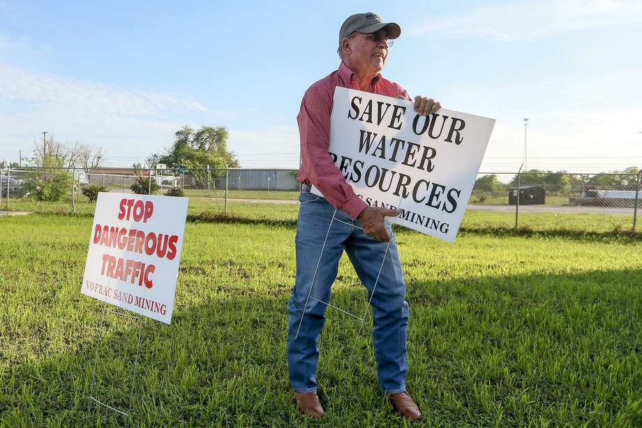 Larry Bartek puts up signs outside VFW Post 6970 in Poteet on Thursday, March 23, 2017 before the start of a community meeting there to discuss Pennsylvania based Preferred Sands plans to create a mine and plant that could process 300-400 tons of sand per hour through a Texas company, Sand Minding of Texas LLC, that it set up in the fall. Photo: Marvin Pfeiffer /San Antonio Express-News / Express-News 2017