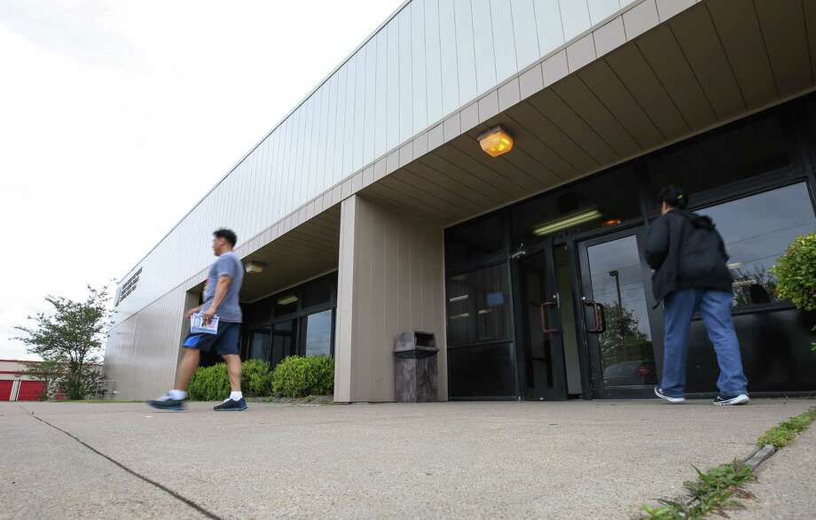 The Medical Center post office location at 7205 Almeda, along with four others, has been spared from the Postal Service's plans to close several Houston stations. Photo: Godofredo A. Vasquez, POSTOFFICE / Houston Chronicle