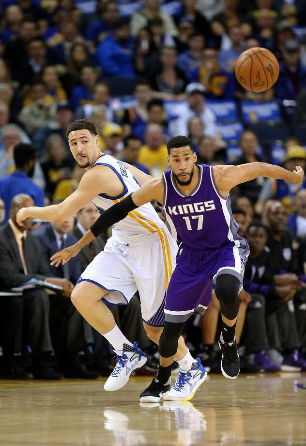 Warriors Klay Thompson, 11 and Kings' Garrett Temple, 17 battle for a loose ball in the first half, as the Golden State Warriors take on the Sacramento Kings in NBA action at Oracle Arena in Oakland, Ca., on Fri. March 24, 2017. Photo: Michael Macor, The Chronicle