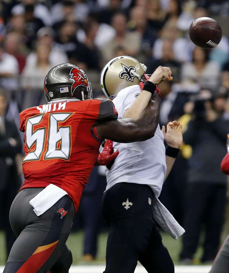 Buccaneers defensive end Jacquies Smith pressures Saints quartrerback Drew Brees on Sept. 20, 2015. Photo: Bill Haber, Associated Press