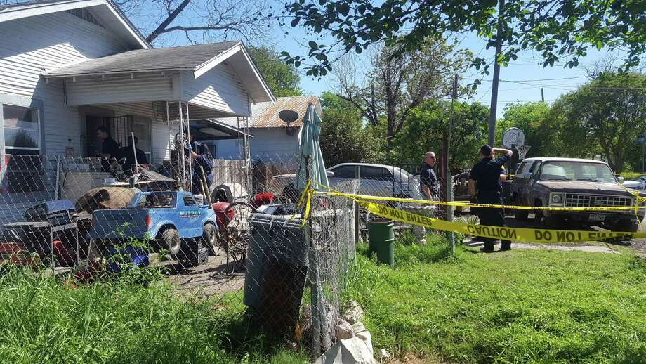 Police responded to reports of a shooting at about 2:15 p.m. Saturday in the 1000 block of Piedmont. Photo: Jeremy Gerlach /San Antonio Express-News